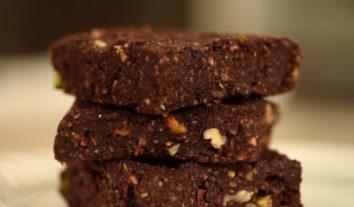 Raw food: aprenda uma receita de brownieque não vai ao forno