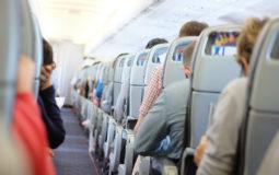 Comissárias de bordo ensinam aamenizar desconfortos em voos longos