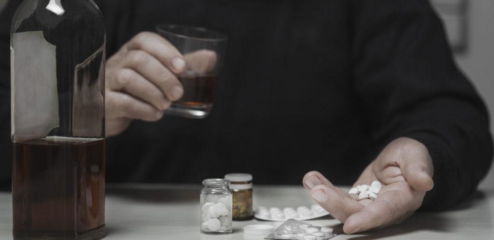 É mesmo precisoparar de beberquando se toma antibióticos?