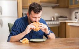 Saiba como diminuir a azia causada pelo excesso de comida